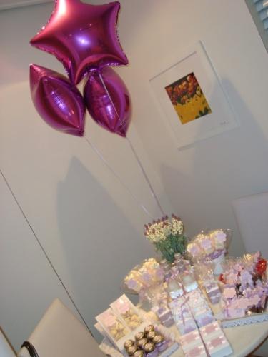 Balões de gás hélio metalizados enfeitaram a mesa de quitutes montada neste quarto de maternidade decorado pela empresa Decorando Emoções