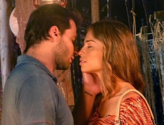 """Em """"Flor do Caribe"""", Ester e Cassiano fazem as pazes com noite de amor"""