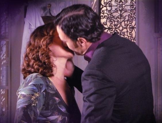 """Em """"Saramandaia"""", Risoleta e Aristóbulo marcam encontro no quarto da dona da pensão"""