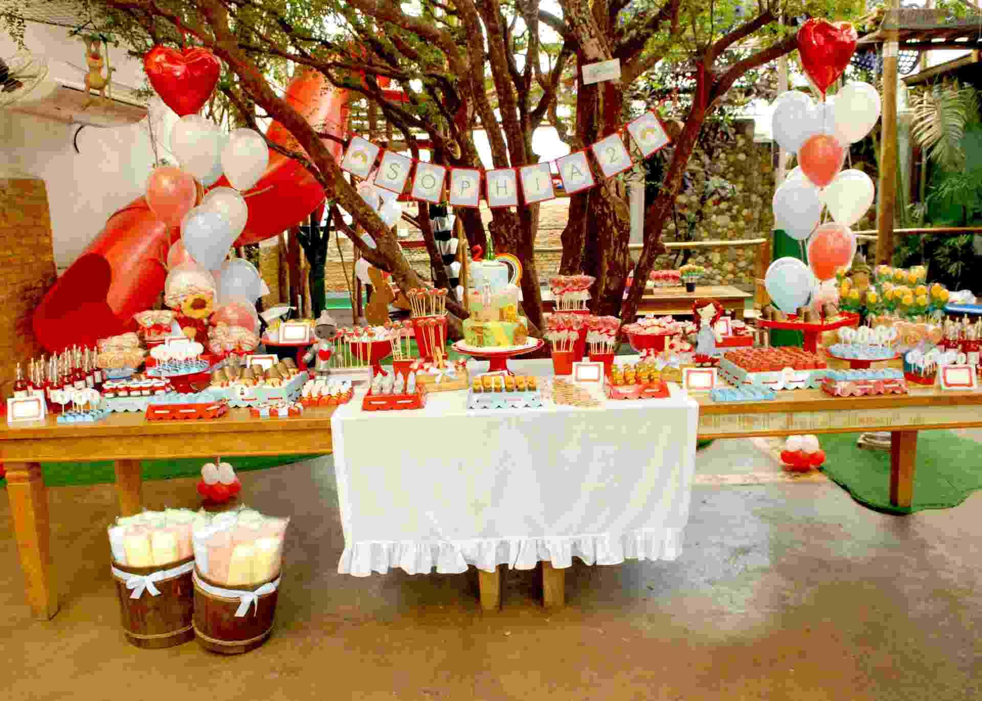 Esta festa organizada pela Caraminholando (www.caraminholando.com.br) foi inspirada no filme O Mágico de Oz. Os ícones do filme foram explorados para criar a decoração, principalmente seus personagens - Divulgação