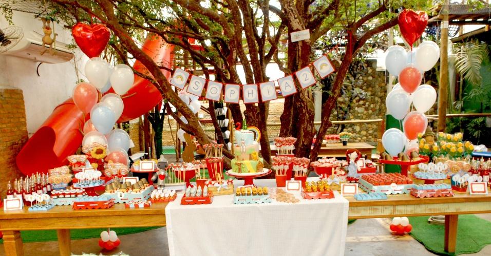 Esta festa organizada pela Caraminholando (www.caraminholando.com.br) foi inspirada no filme O Mágico de Oz. Os ícones do filme foram explorados para criar a decoração, principalmente seus personagens