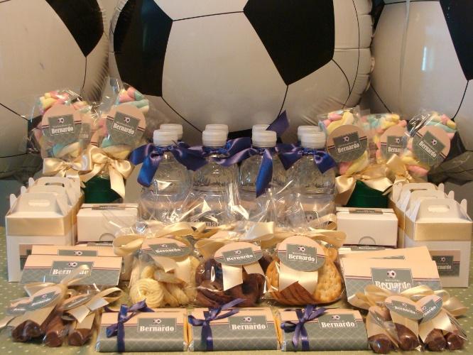 Nesta decoração feita pela Decorando Emoções, balões em forma de bola de futebol enfeitaram a mesa do quarto de maternidade, e nas tags personalizadas o símbolo também estava presente