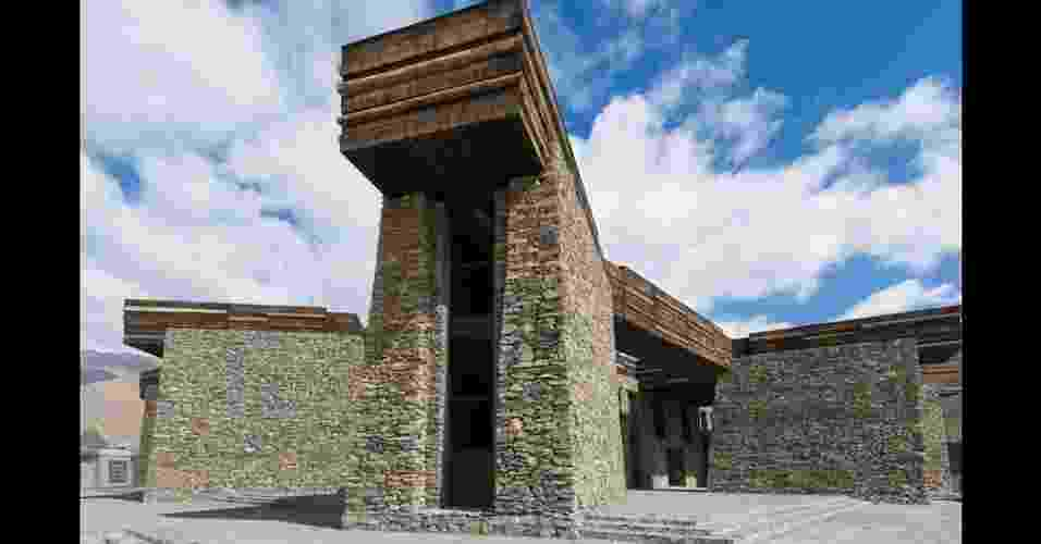 O Centro de Visitantes Janamani, um mosteiro projetado por Teamminus, é formado por um edifício quadrado com um pátio no centro, cercado por 11 plataformas de observação. A praça central tem um layout típico do Tibete  (Imagem da BBC, usar apenas no respectivo material) - Teamminus/ BBC