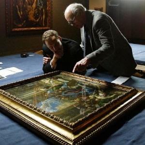 Xavier Bray (esq.), curador da exposição de El Greco e David Davies da National Gallery, de Londres mostram obra leiloada - REUTERS/Paul Hackett