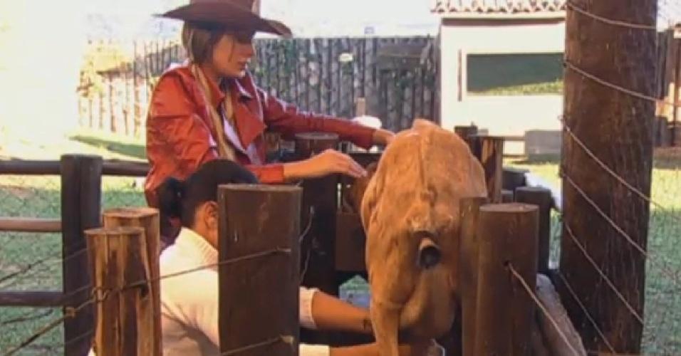 05.jul.2013 - Andressa ajuda Scheila a cuidar das cabras