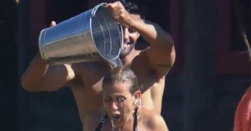 05.jul.2013 - Rita Cadillac sofre para tomar banho frio no celeiro