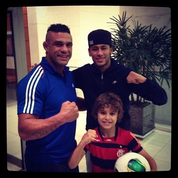 4.jul.2013 - O lutador Vitor Belfort posa com o filho, Davi, ao lado de Neymar