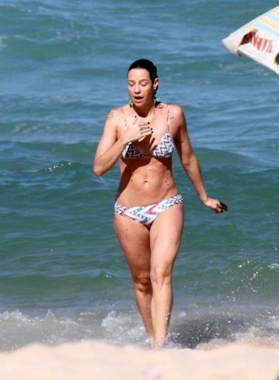 5.jul.2013 - Luana Piovani exibe boa forma na praia do Leblon, na zona sul do Rio