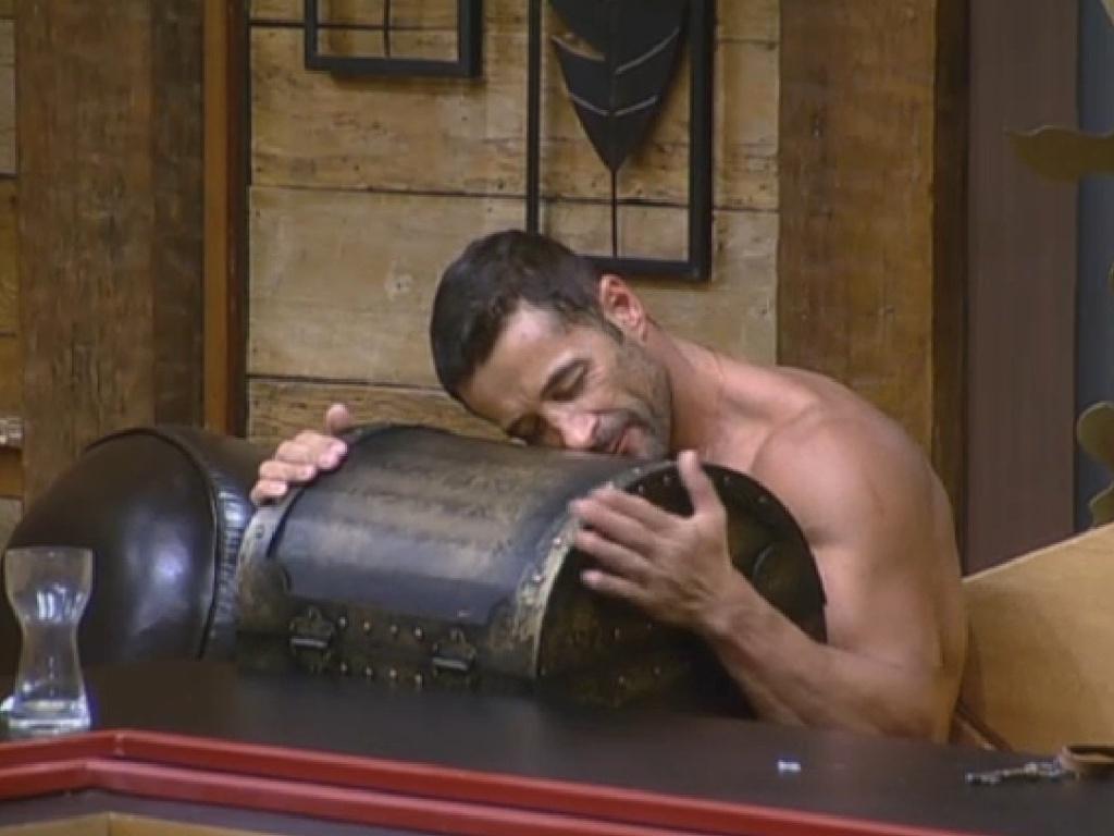 5.jul.2013 - Marcos Oliver não desgruda da arca que conquistou com a última prova da chave: