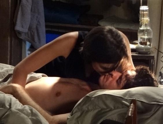 """Em """"Sangue Bom"""", Giane rouba beijo de Bento enquanto ele dorme"""