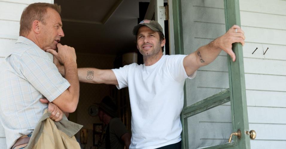O ator Kevin Costner e o diretor Zack Snyder no set de filmagens de