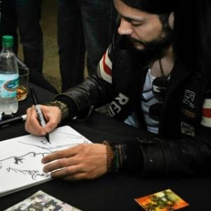 O desenhista Renato Guedes ilustra um desenho do Superman em evento de quadrinhos no Chile - Camilo Mendoza