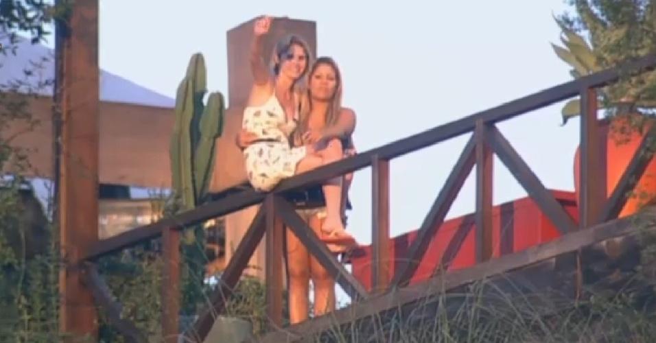 06.jul.2013 - Bárbara Evans e Mulher Filé observam Mateus Verdelho tomar banho