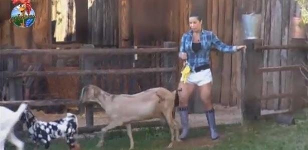 5.jul.2013 - Scheila Carvalho cuida das cabras