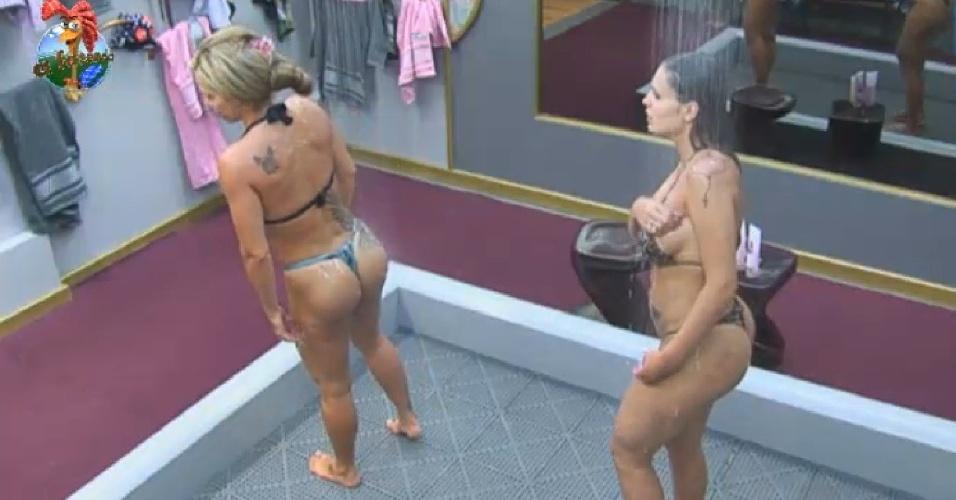 6.jul.2013 - Denise e Andressa exibem boa forma em banho duplo na tarde deste sábado (6)