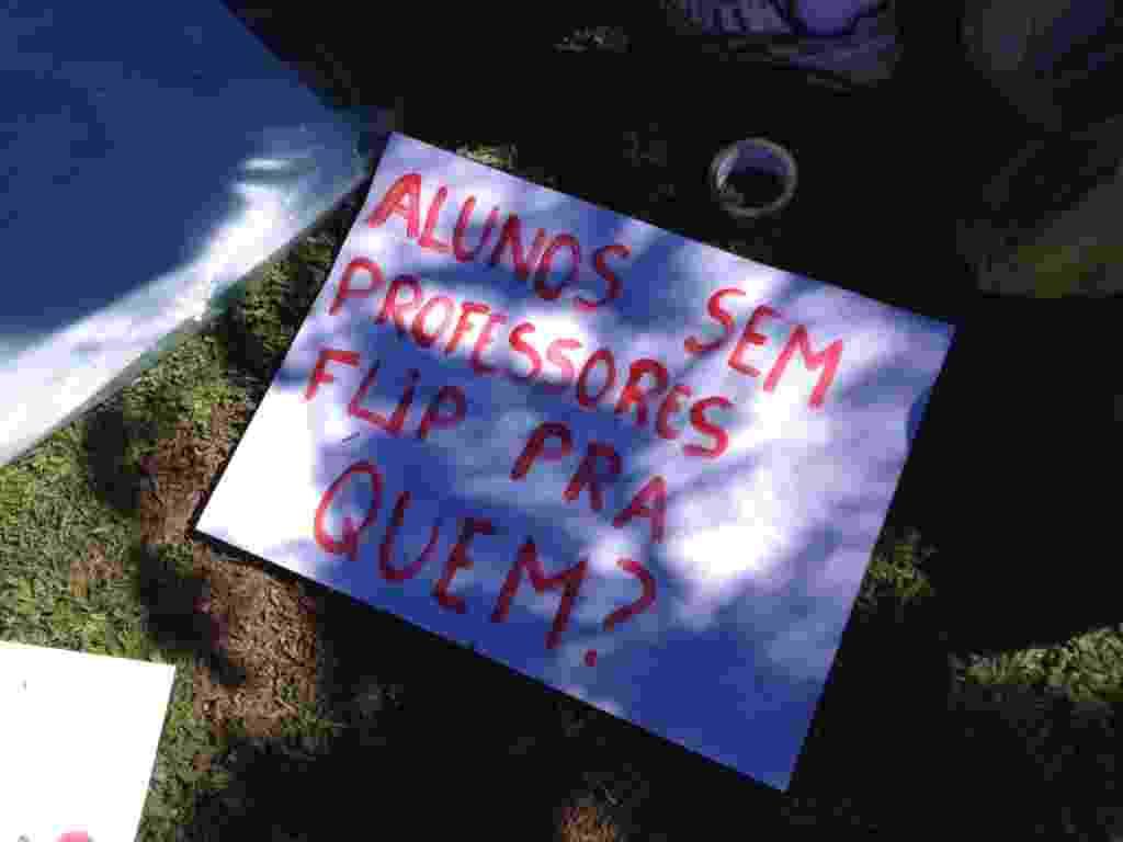 6.jul.2013 - Flip é alvo de protesto em Paraty - Mirella Nascimento/UOL