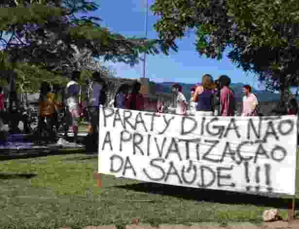 6.jul.2013 - Manifestantes protestam contra privatização da saúde em Paraty, durante a Flip - Mirella Nascimento/UOL
