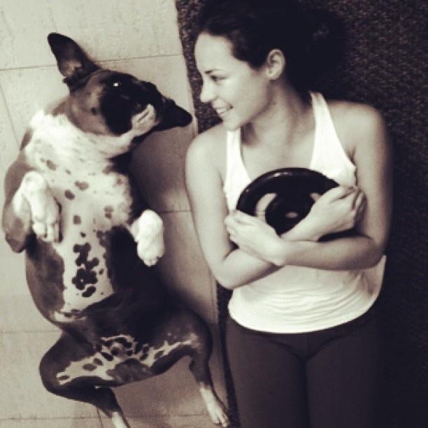 6.Jul.2013 - Paolla Oliveira malha em casa acompanhada do cachorro