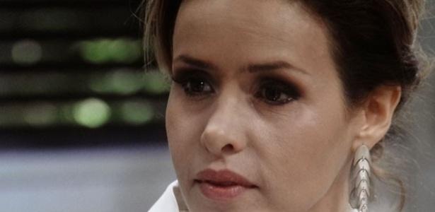 César pressiona Glauce para saber como Paulinha foi registrada no hospital