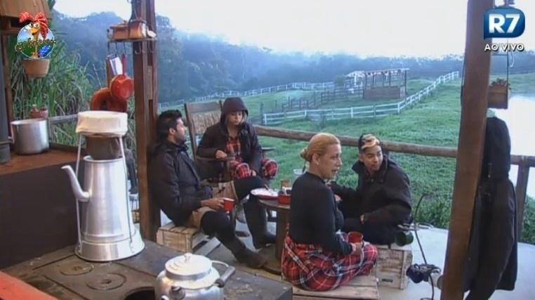 05.jul.2013 - Grupo do celeiro tomam café da manhã na