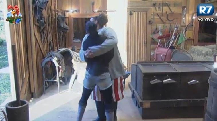 07.jul.2013 - Com frio, Scheila Carvalho abraça Gominho na manhã deste domingo (7)