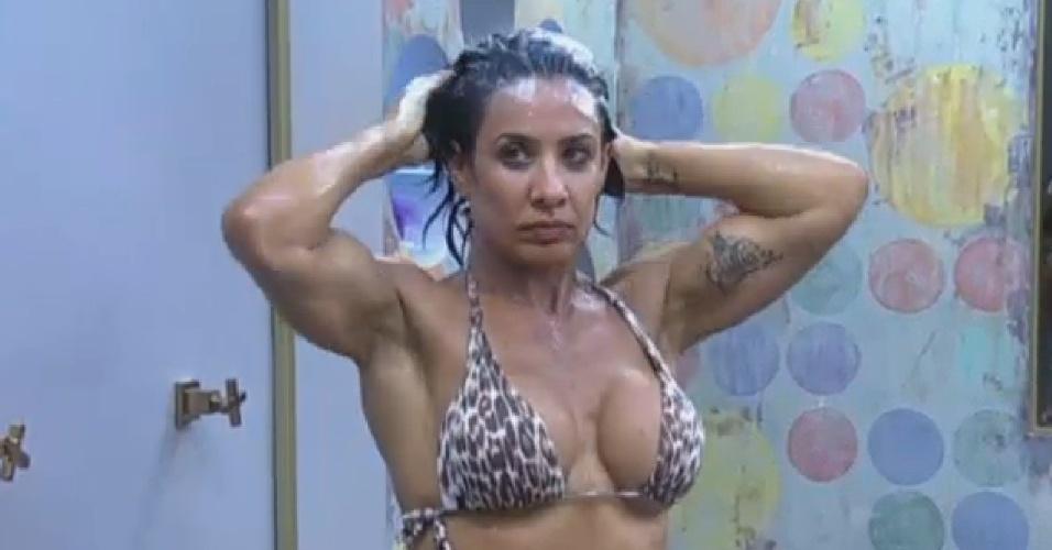 07.jul.2013 - Scheila Carvalho toma banho de biquini de oncinha