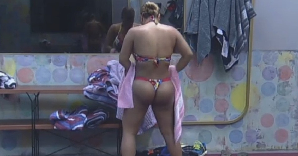 08.jul-2013 - Mulher Filé exibe as curvas em banho antes do almoço