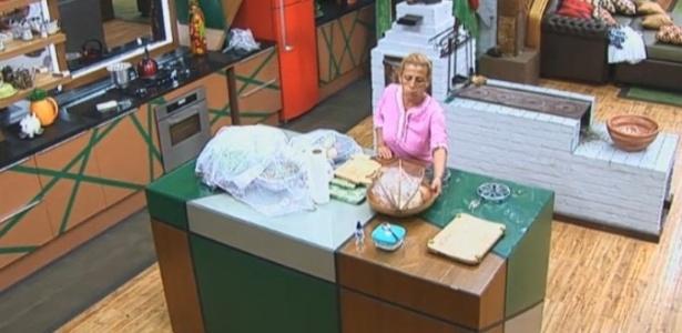 08.jul.2013 - Conforme determinou Ivo Meirelles, Rita Cadillac levanta cedo para preparar café da manhã