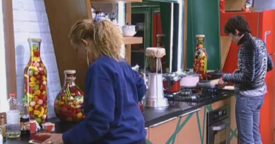 08.jul.2013 - Rita Cadillac e Lu Schievano dividem cozinha sem trocar uma palavra