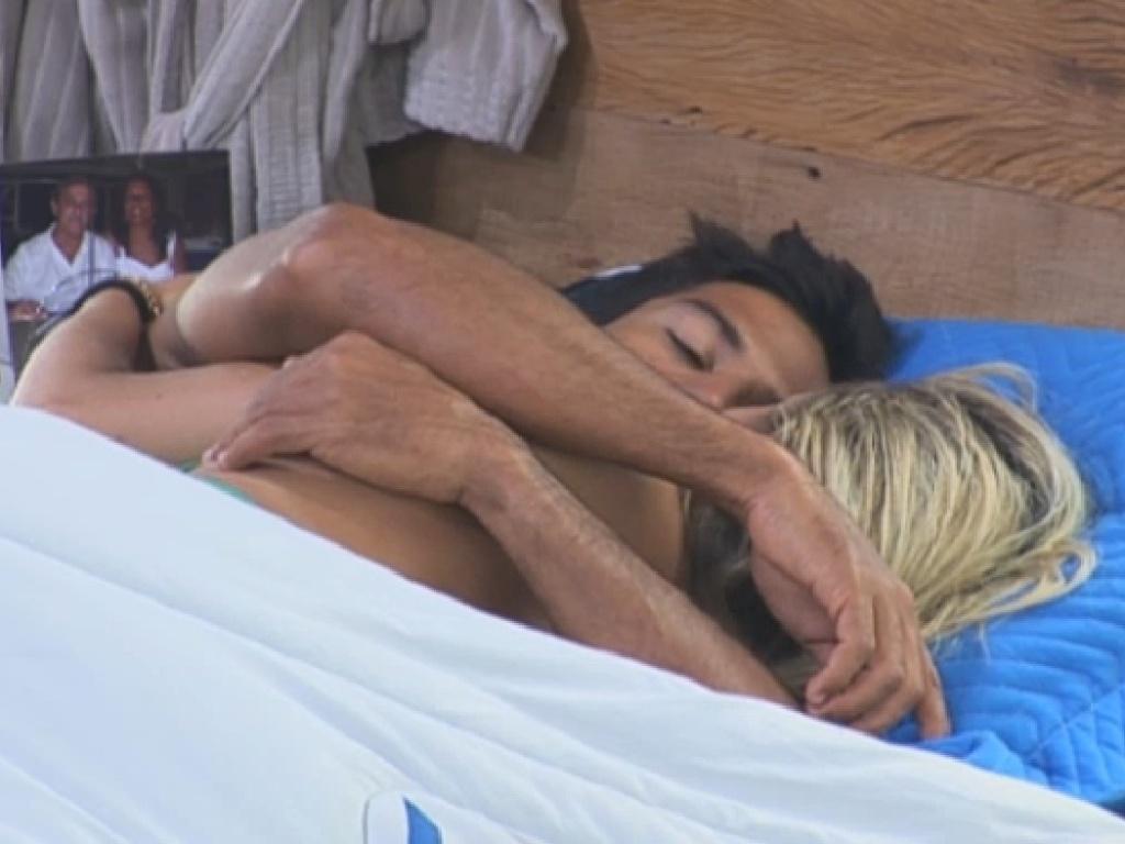 08.jul.2013 -Beto e Aryane namoram embaixo do edredom