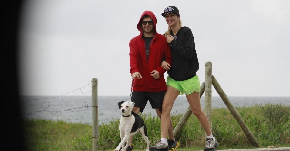 8.jul.2013 - Ellen Jabour passeia com namorado e o cachorro em praia do Rio