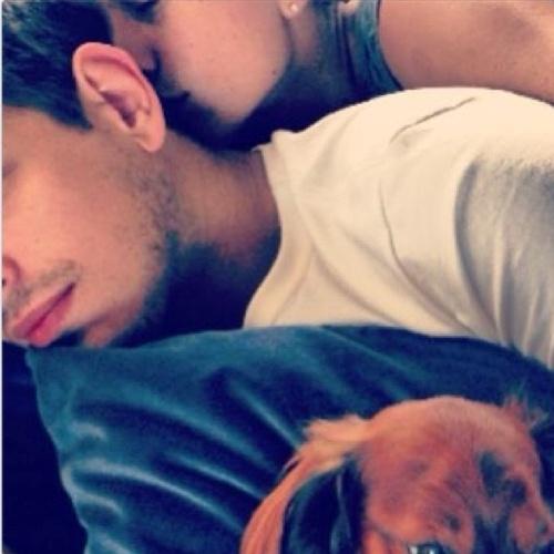 8.jul.2013 - Sabrina Sato beija o pescoço do namorado, João Vicente de Castro, e abraça o cachorro Bernardo. Na legenda da foto publicada em sua página no Instagram, a apresentadora apenas colocou o desenho de um coração