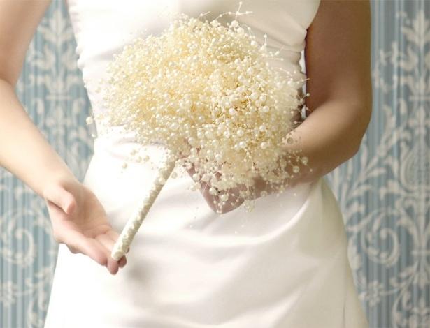 Buquês de noiva alternativos, como os feitos com broches, papel ou tecido, estão na moda. Um arranjo de pérolas falsas, como na foto acima, também serve de alternativa para as flores