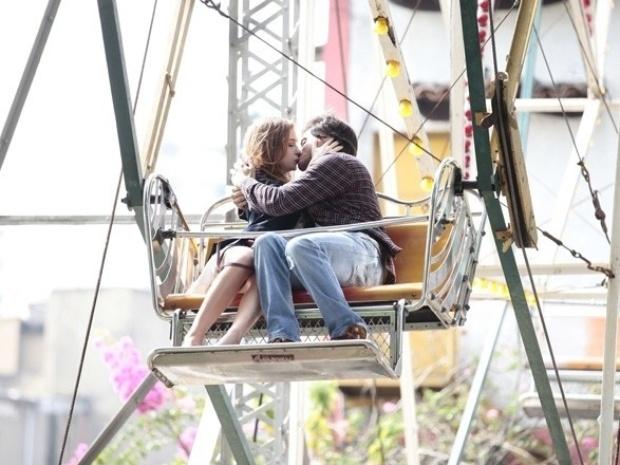 """Em """"Amor à Vida"""", a mando de Félix e Leila, Thales seduz Nicole"""