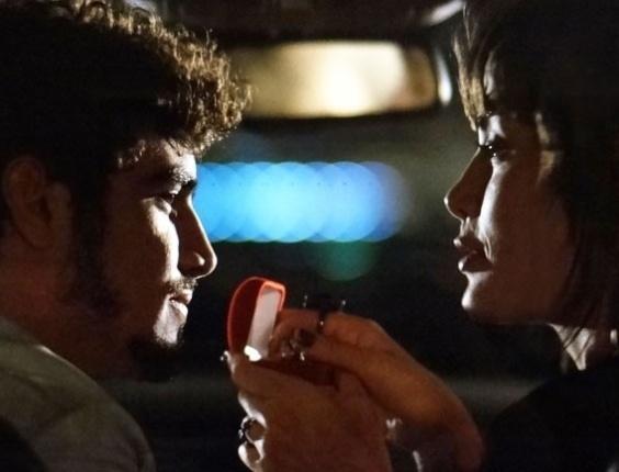 """Em """"Amor à Vida"""", Michel dá anel de compromisso para Patrícia"""