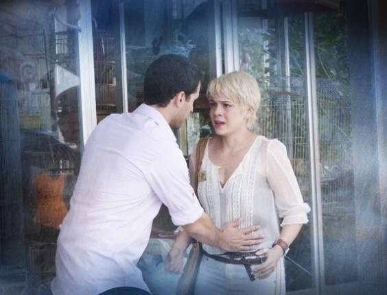 """Em """"Saramandaia"""", Zélia tem sangramento e teme perder o bebê"""