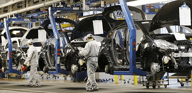 Fábrica de Poissy (França), que produz o 208; acordo com banco espanhol surge como solução para crise - Gonzalo Fuentes/Reuters