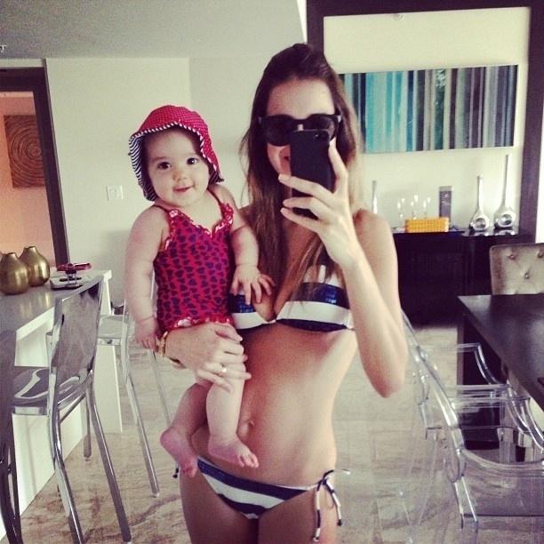 09.jul.2013 - Vera Viel posa de biquíni com a caçula Helena, de seis meses