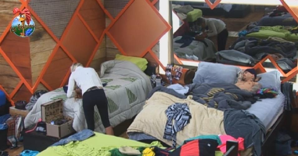 8.jul.2013 - Depois de pintar os cabelos de azul, Bárbara e Mateus se preparam para dormir