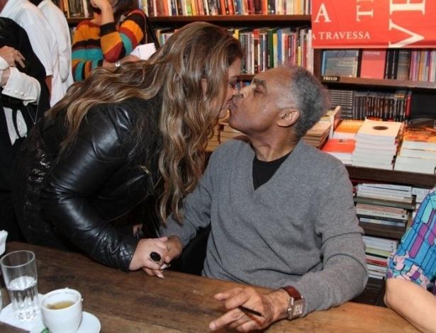 8.jul.2013 - Preta Gil dá selinho no pai Gilberto Gil durante o lançamento de