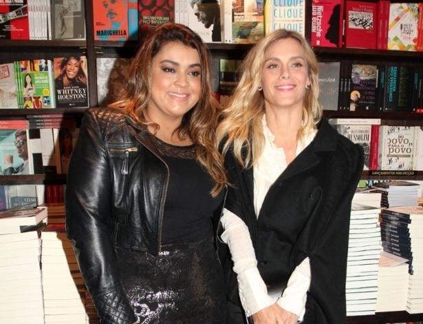 8.jul.2013 - Preta Gil e Carolina Dieckmann prestiiam o lançamento da biografia