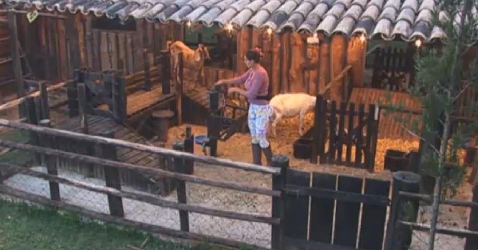 9.jul.2013 - A ex-Fazendeira Andressa cuida das cabras na manhã desta terça-feira (9)