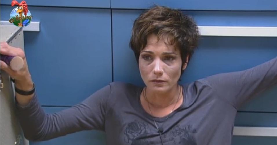 9.jul.2013 - A poucas hora da eliminação, Lu chora e fala sozinha na despensa.