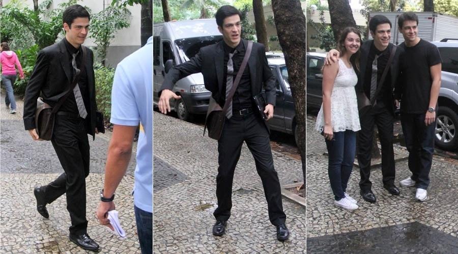 """9.jul.2013 - Mateus Solano tira foto com fãs de Félix durante gravação de """"Amor À Vida"""" no Rio"""