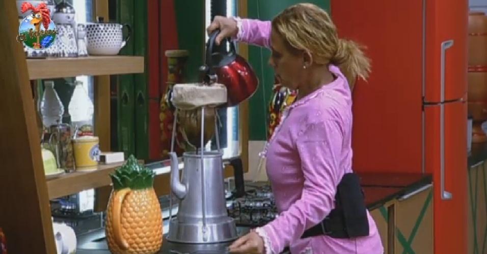 9.jul.2013 - Quem também acordou cedo nesta terça foi a ex-chacrete Rita Cadillac, que preparou café para peões