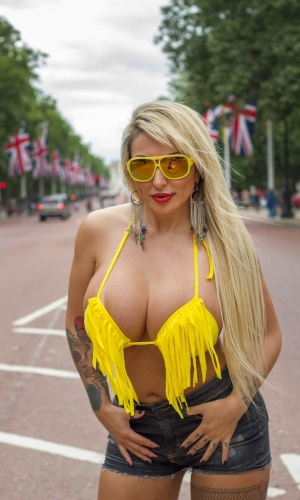 9.jul.2013 - Sabrina Boing Boing faz ensaio fotográfico em Londres