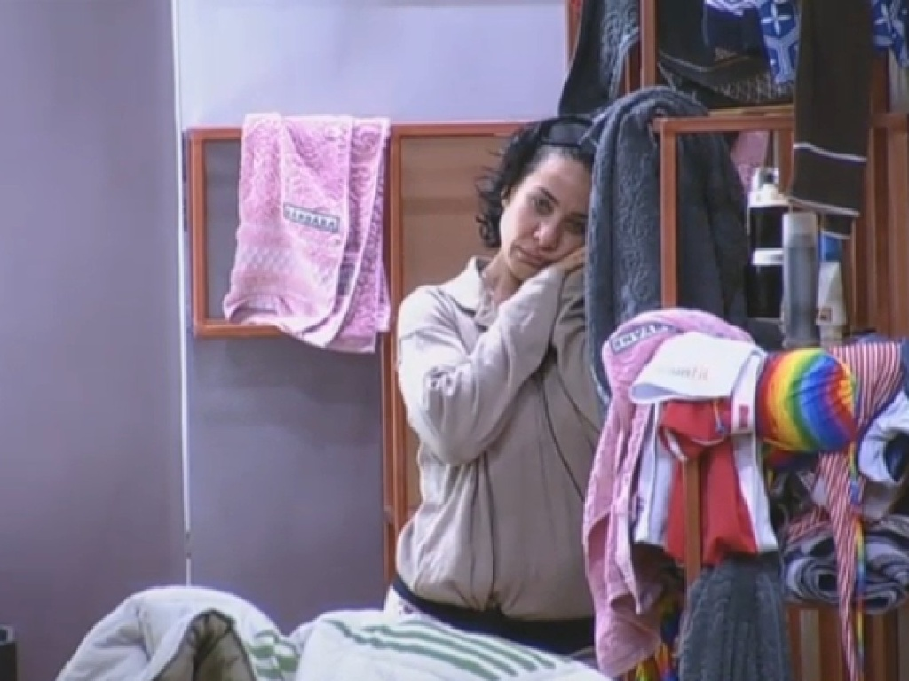9.jul.2013 - Scheila não consegue dormir por causa da luz, e anda pelo quarto: