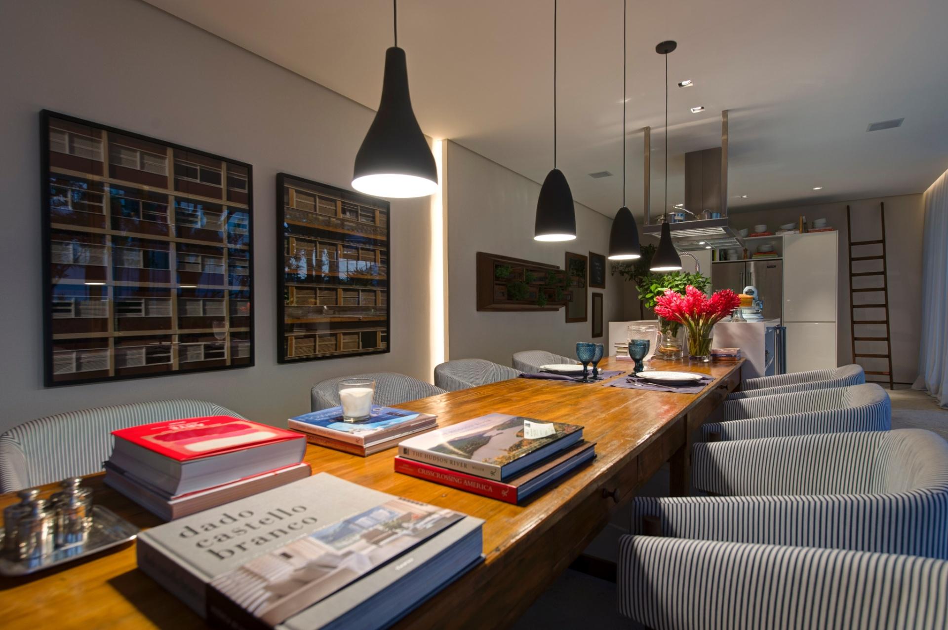 Como a metragem não limitou o projeto do Ambiente Gourmet, Dado Castello Branco inseriu uma extensa mesa de madeira, com cadeiras revestidas por tecido listrado. A 27ª Casa Cor SP segue até dia 21 de julho de 2013, no Jockey Club de São Paulo