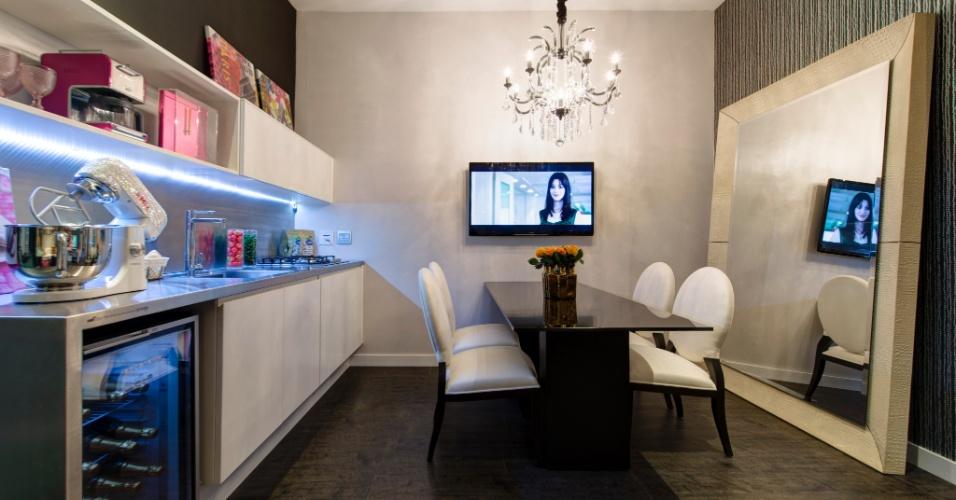 Desenhado pela arquiteta Adriana Noya, o Loft da Blogueira foi pensado para uma jovem conectada à moda e à beleza. A estreita área da cozinha e jantar recebeu um grande espelho que preenche quase totalmente uma das paredes e ajuda a