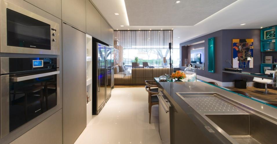 Na área de jantar e cozinha da Casa Inteligente, projetada por Jóia Bergamo, os eletrodomésticos são embutidos como o forno elétrico, micro-ondas e lava-louças. A 27ª Casa Cor SP segue até dia 21 de julho de 2013, no Jockey Club de São Paulo